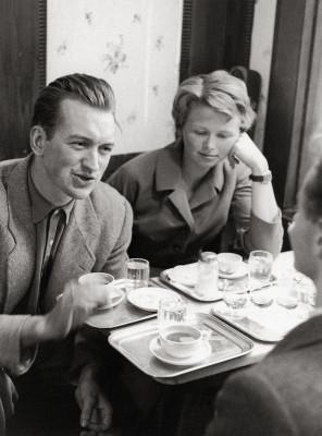 Dirigent Nikolaus und Violinistin Alice Harnoncourt im Cafe Hawelka in Wien. Photographie. Um 1956.